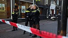V Amsterdamu někdo postřelil známého novináře a experta na zločin. Šokující útok na svobodu tisku, říká premiér