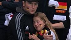 Příběh plačící malé Němky má šťastný konec. Vybrané peníze za urážky půjdou na charitu