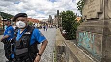 Vandal opět posprejoval část Karlova mostu. Modré nápisy v angličtině jsou i na jedné ze soch