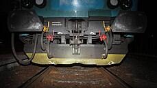 Na kolejích u Doks ležel cementový kvádr. Vlak ho přejel v plné rychlosti, prorazil si nádrže