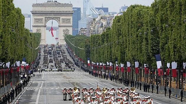 Vojenská přehlídka na Champs-Elysees.