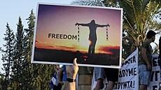 Odpůrci covidových certifikátů zaútočili na Kypru na sídlo televize, zraněno bylo 14 policistů