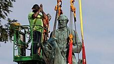 V americkém Charlottesville odstranili kontroverzní sochy konfederačních generálů