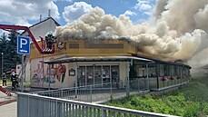 V Kostelci hořela jídelna, oheň zasáhl celou střechu. Na místě zasahovalo 11 jednotek hasičů