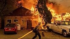 Západ Ameriky dál sužují vedra a požáry. Voda se často vypaří dřív, než dopadne z letadel do plamenů