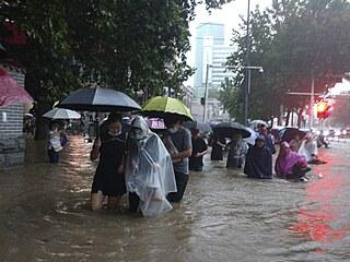 Lidé se v Číně během záplav brodí vodou