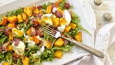 Teplý salát s vejci a slaninou. Jak na něj, poradí foodblogerka