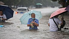 Centrální Čínu paralyzují velké záplavy. Voda dokonce uvěznila cestující v metru