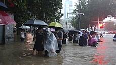 Třiatřicet obětí a až čtyřmiliardové škody. Čínu paralyzují povodně, voda zaplavuje města