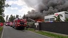 Hasiči dohašují ohniska požáru haly v pražské Uhříněvsi, lidé z okolí už mohou větrat