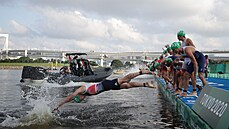 Skandální start triatlonistů. V Tokiu části z nich vjela před molo loď, zbylé závodníky naháněli ve vodě