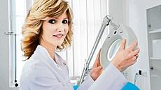 Úbytek vlasů lze ustát, jen přijít včas, říká Arenbergerová. Problém ale může signalizovat i závažnou nemoc