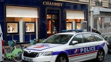 Lupič na koloběžce vykradl známé klenotnictví. Pařížská policie řeší případ vychytralého zloděje šperků