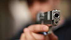 Strážník střílel na ochranku diskotéky ve Vysokém Mýtě. Mrtvý a zraněný