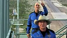 Miliardář Bezos letěl do vesmíru s nejstarším a nejmladším astronautem. Stav beztíže si užil pár minut