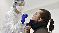 Epidemie je i nadále na ústupu. Počet nakažených v mezitýdenním srovnání opět klesl, přibylo 195 případů