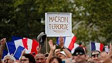 Macron jako Hitler. Francouz kvůli covidovému zákonu polepil billboardy karikaturou prezidenta