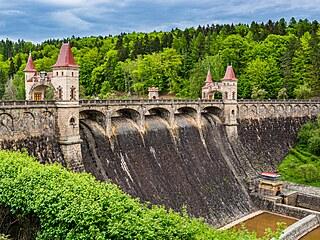 Stačilo by ji svinout dohromady a vznikl by pěkný pohádkový hrad. Les Království je tou nejkrásnější přehradou v Česku