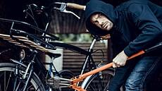 Bicykl za 60 tisíc prodávají ani ne za deset. Zlodějů jízdních kol stále přibývá, jak se proti nim bránit?