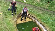 Dáša a Ludvík mají díky našim hasičům čistý bazén