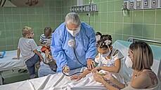 'Andělé Fidela Castra' se bouří. Kuba vyslala tisíce zdravotníků do boje s covidem do zahraničí, doma tak chybí