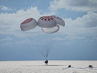 Návrat posádky vesmírné lodi Crew Dragon společnosti SpaceX