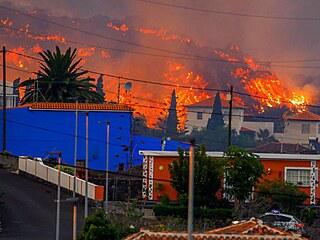 Ze sopky Cumbre Vieja na kanárském ostrově La Palma proudí žhavá láva.