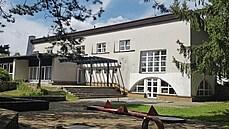 Osvobozené divadlo u rybníka. Na Českomoravské vrchovině stojí hotel se zajímavou historií