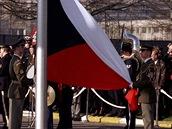 Vztyčování české vlajky před centrálou NATO při vstupu ČR do Severoatlantické
