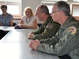Přednáška plk. Josepha Jonese a pplk. Davida Webba z US Air Force na Gymnáziu
