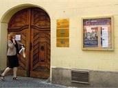 Vchod do budovy a deska Informačního centra o NATO v Praze, Jungmannova 17.