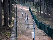 Oblast lemuje přes šest kilometrů zdvojeného plotu. Uvnitř pásu pak každých pár metrů stojí vysoký sloup s detektory pohybu a kamerami i s nočním viděním