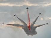 Vystoupení akrobatické skupiny Turkish Stars na Dnech NATO v Ostravě