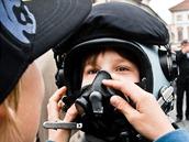 Děti si zkoušejí pilotní helmu. Armáda ukazuje na Hradčanském náměstí, jak se proměnila její technika a výzbroj za uplynulých dvacet let.
