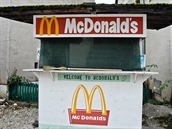 Stánek s rychlým občerstvením na ulici v jednom z velkých uměle vybudovaných měst v americkém výcvikovém centru poblíž německého Hohenfelsu
