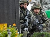 České jednotky pročesávají dobytou vesnici během cvičení Sabre Junction II v německém Hohenfelsu