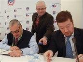 Lídři parlamentních stran Tomio Okamura (Úsvit) a Karel Schwarzenberg (TOP 09) podepisují Deklaraci o zajištění obrany ČR