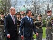 Generální tajemník NATO Anders Fogh Rasmussen s českým premiérem Bohuslavem Sobotkou
