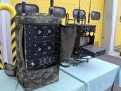Přenosný rušič signálů (vlevo) pro improvizované výbušné systémy, který může operátor na dálku zapínat