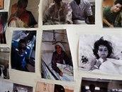 Fotografie některých vděčných pacientů, kteří prošli péčí českých zdravotníků v Kábulu