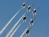 """Vystoupení skupiny Thunderbirds na strojích F-16 na letecké show """"Arctic Thunder"""" na Aljašce."""