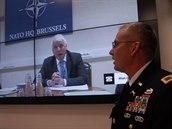Náměstek generálního tajemníka NATO Jamie Shea během videohovoru s operačním centrem proti zbraním hromadného ničení ve Vyškově