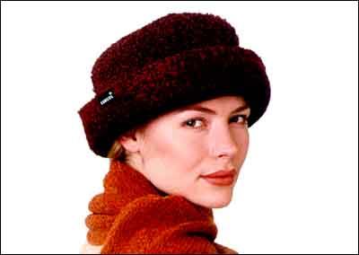 Pro pánské i dámské pokrývky pokrývky hlavy jsou letos typické tlumené  barvy a měkké tvary a4cd486bfe