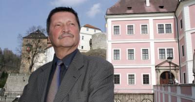 František Maryška pózuje v roce 2005 před zámkem v Bečově nad Teplou při 20. výročí nálezu relikviáře svatého Maura.
