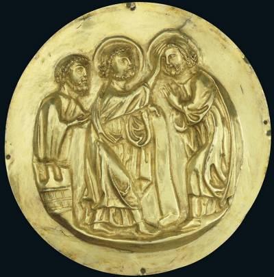 Reliéfy zobrazují výjevy ze života svatého Jana Křtitele, svatého Maura a svatého Timoteje. Sošky a reliéfy na relikviáři sv. Maura patří svou kvalitou k vůbec nejlepším plastikám zlatnicky zhotoveným v kontextu středověkého zlatnictví.