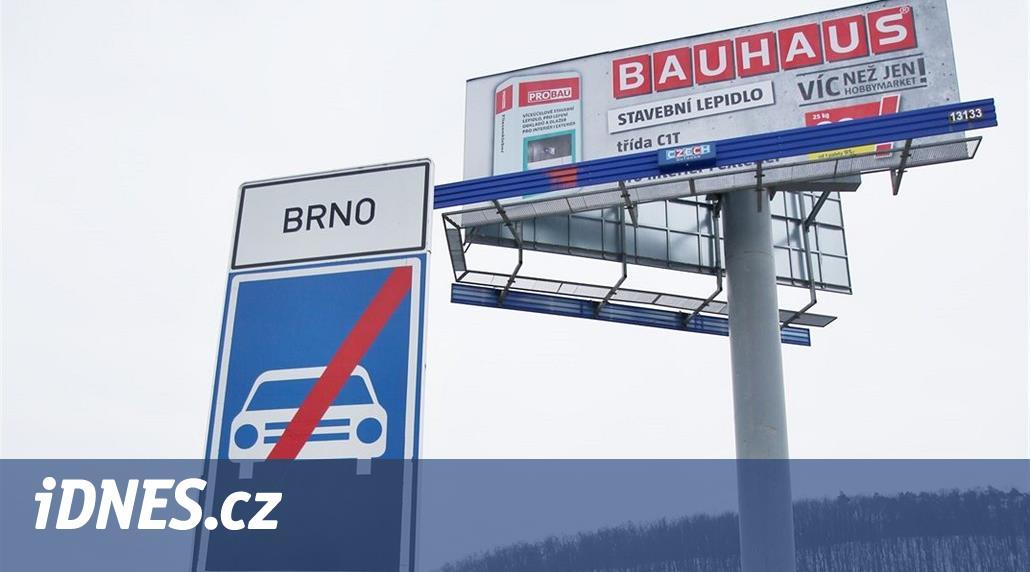 Jihomoravské řidiče ohrožují billboardy, majitelé se k odstranění nemají